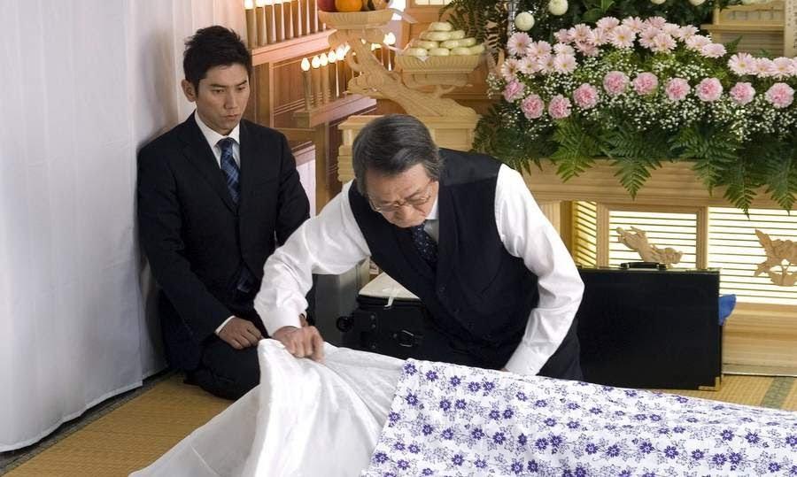 Profecionales del servicio funerario que trabaja en fuerales haciedno su trabajo de manera honorable.