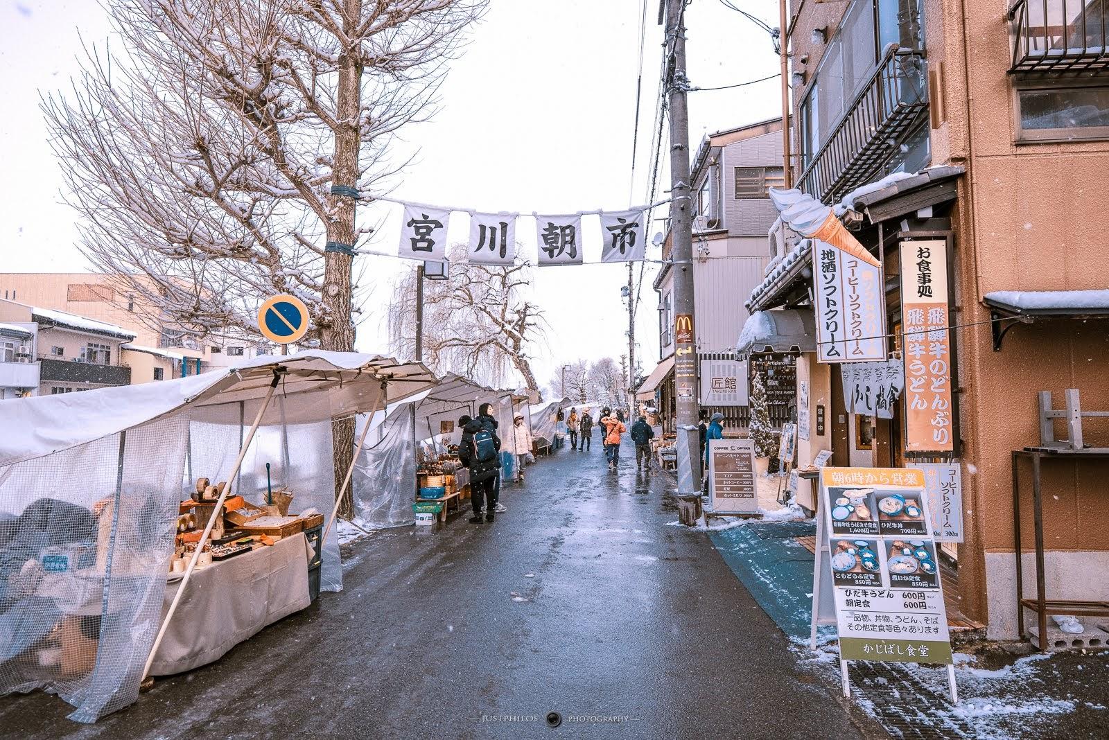 因為前一晚的雪實在下的太大,早上的朝市地上都還是濕濕的。