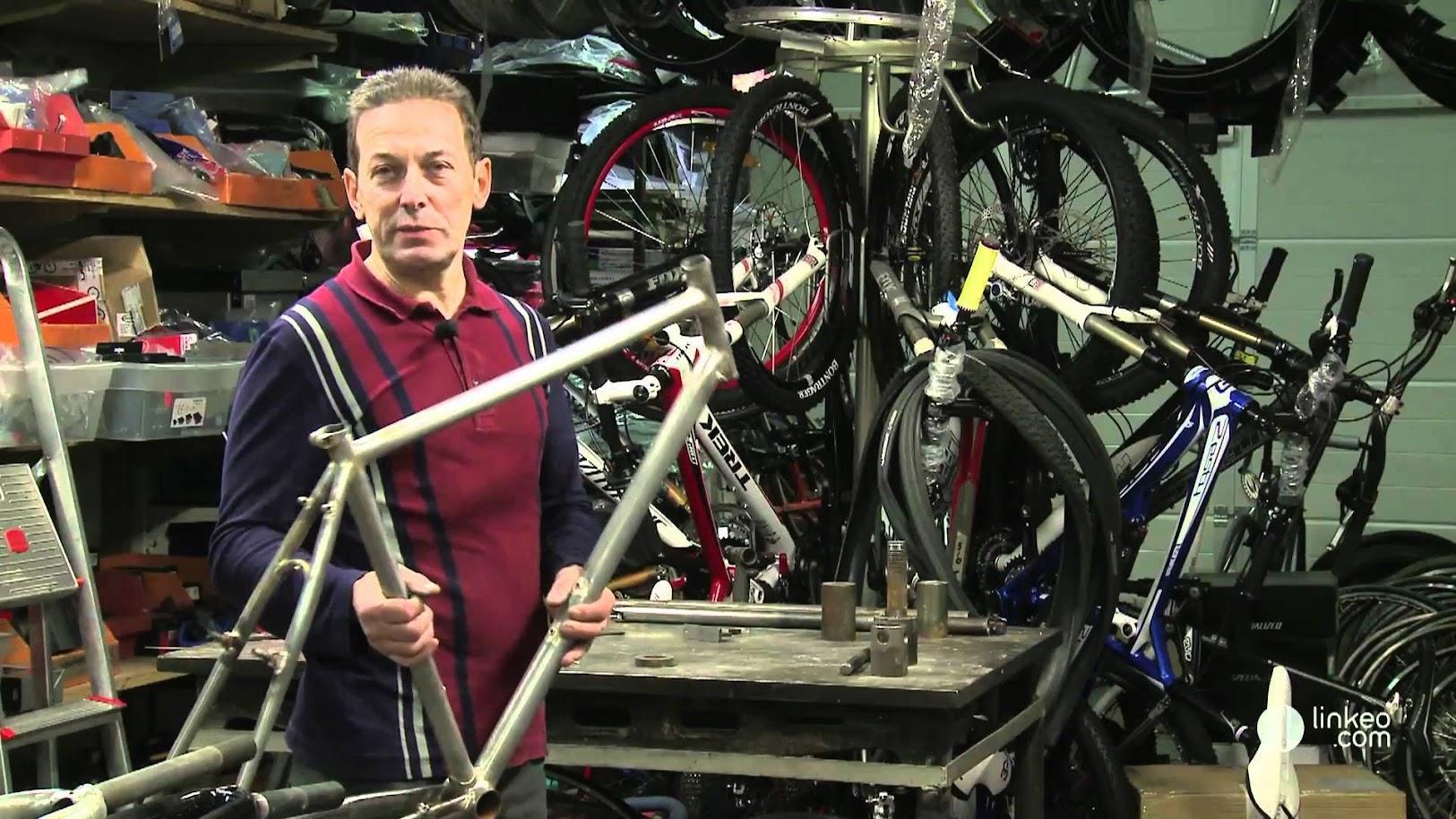 Serge Mannheim dans son atelier de cadreur est aussi cycliste. Cela va de soi.