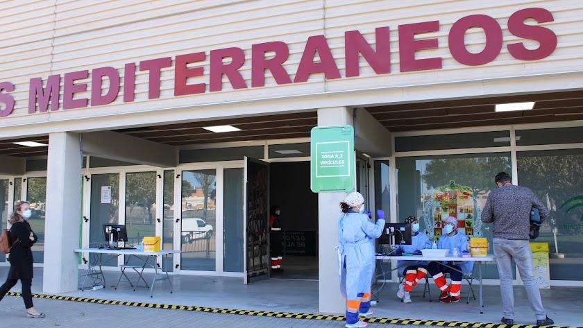 Punto de vacunación externo en el Palacio de los Juegos Mediterráneos de la capital.