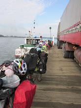 Photo: pas de pont! donc grande barge poussée par petit bateau pour tous du camion au velo!