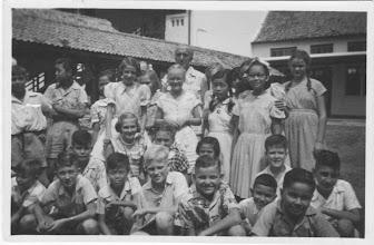 Photo: 1e klas HBS 1952/1953 meest vooraan zittend: Jaap den Hollander