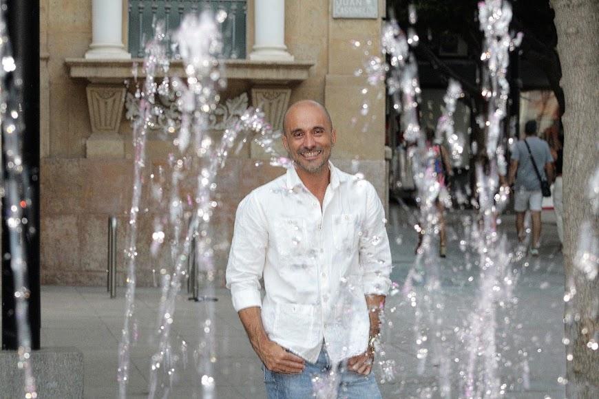 Sergio Morante en la Plaza del Educador y ante el histórico edificio Banesto.