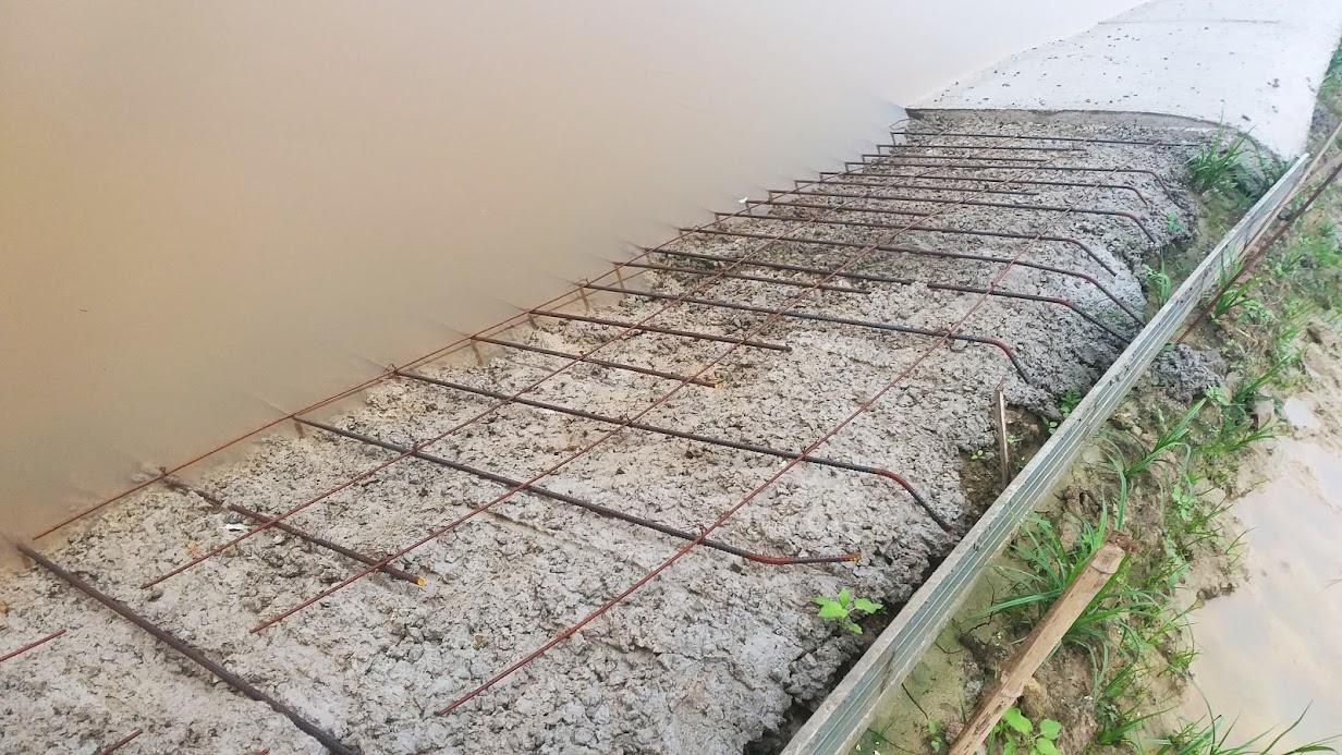Việc đan thép đổ bê tông mái kênh không đúng với thiết kế được phê duyệt