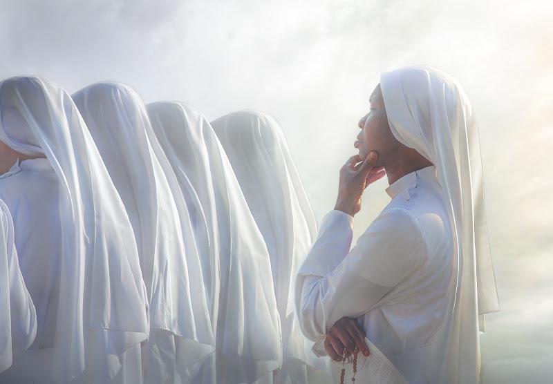 Sisters in white di davide_giovanni_volpi