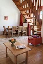 Photo: Coin salon et coin salle à manger d'un appartement 3 pièces pour 8 personnes en duplex