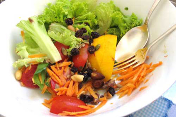 Salada Colorida com Amendoas e Avelãs