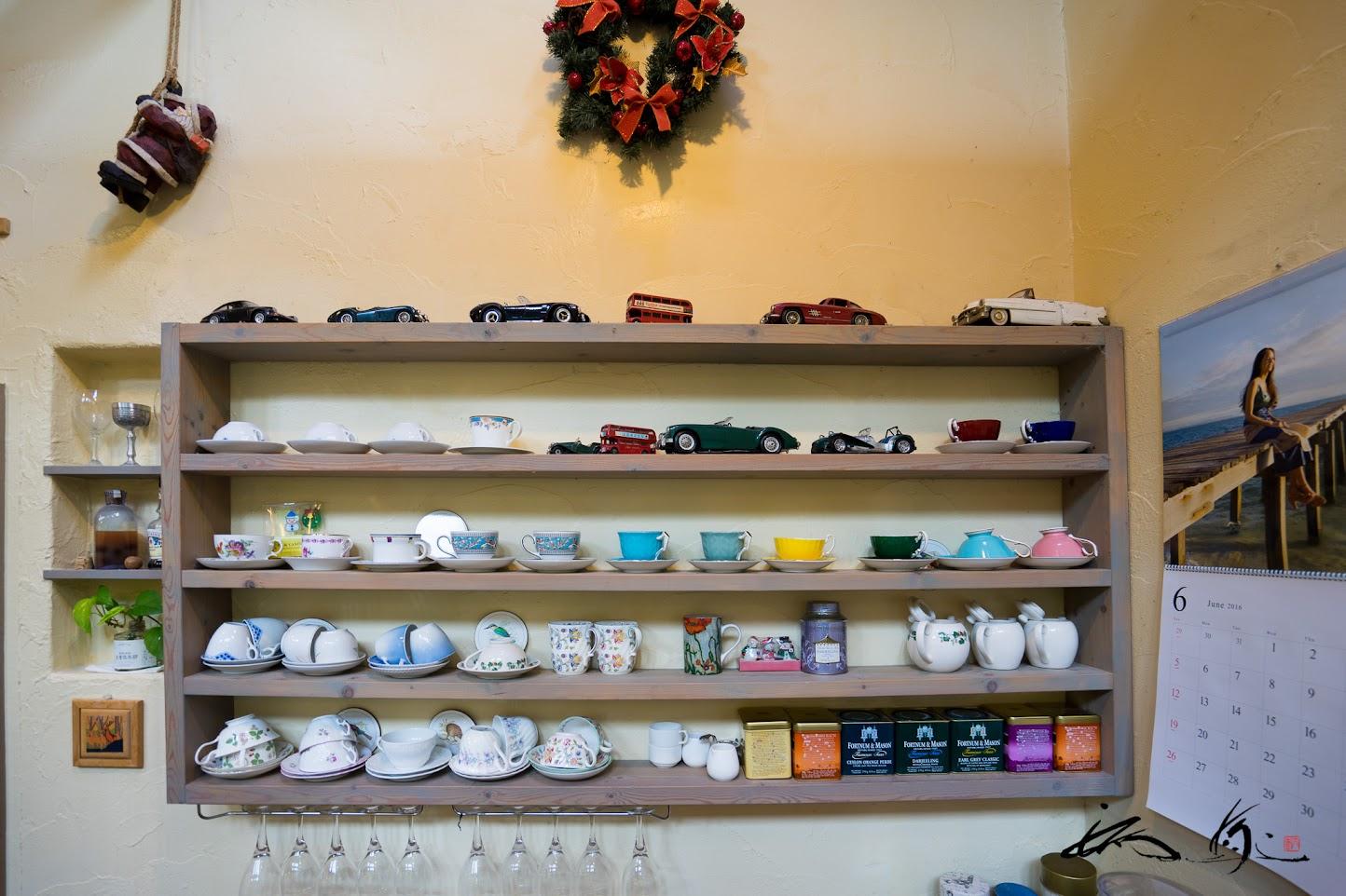 カフェカウンターの壁の棚