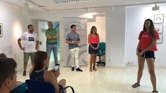 Rosa Maldonado y David Morales en la visita de los jóvenes europeos al IAJ.