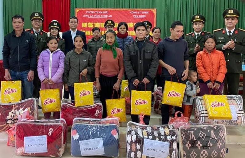 Đoàn đã trao tặng 40 suất quà cho các gia đình hộ nghèo