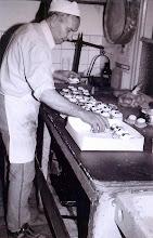 Photo: Bakker Tinus ter Steeg: gebak maken