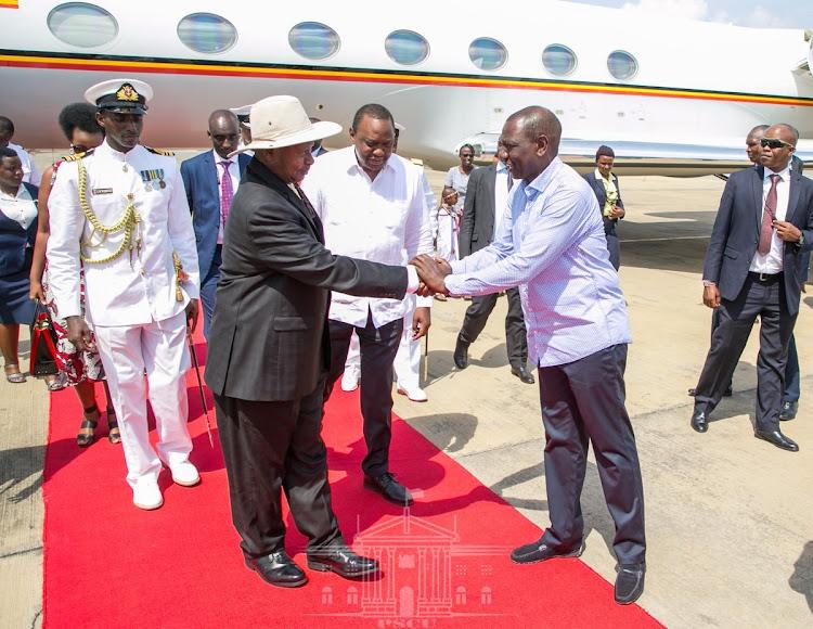Uganda president Yoweri Museveni being received by DP William Ruto.