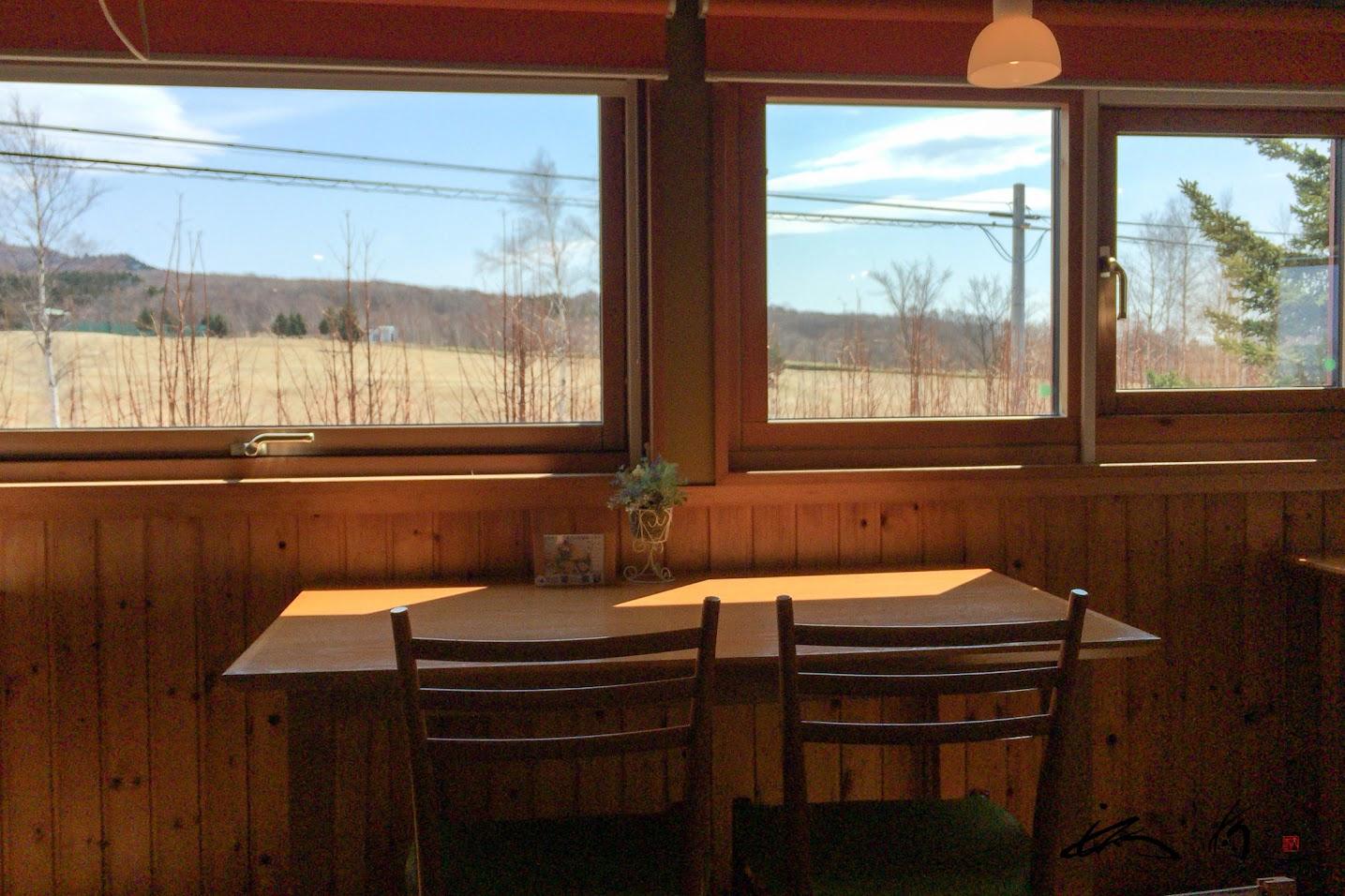 窓に広がる田園風景