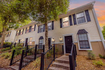 Go to Forest Hills Racquet Club Apartments website