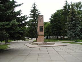Обеліск Слави і вічний вогонь в центрі міста