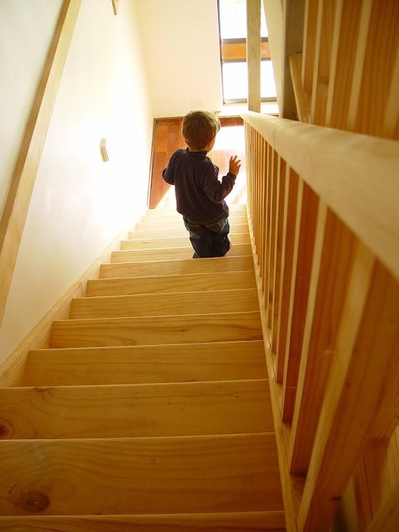 Przy krańcowych stopniach schodów powinniśmy zainstalować bramki zabezpieczające