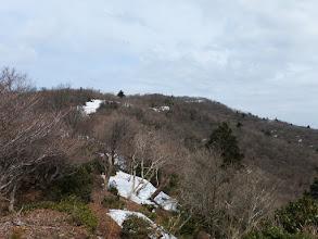 稜線沿いに雪が多く