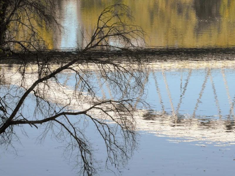 Ponte riflesso sul fiume di iento
