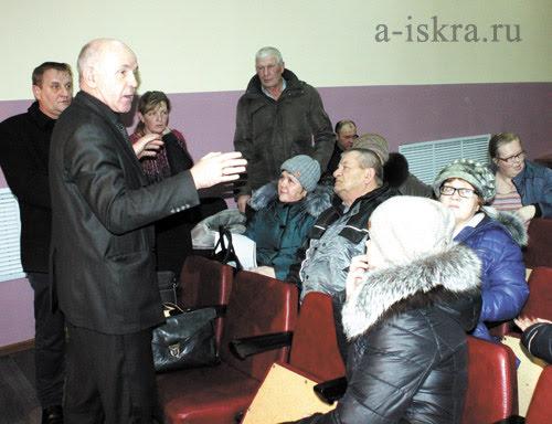 С жителями беседует Михаил Севостьянов, начальник отдела животноводства министерства АПК