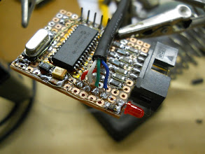 Photo: Cabo USB conectado, aguardando a cola secar (face inferior)