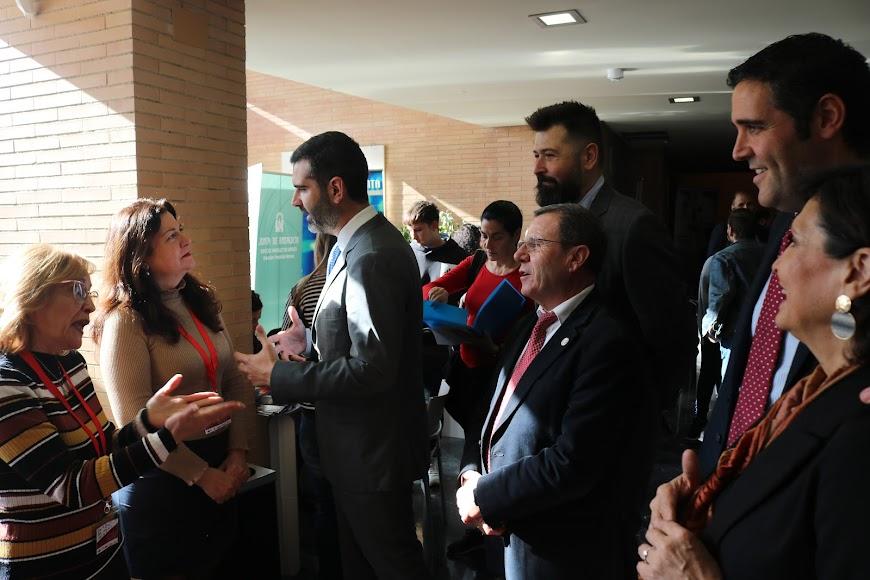 El alcalde charla con una de las asistentes.