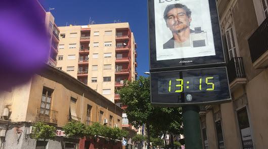 Un panel publicitario con una nueva campaña en el centro de Almería, en estos días  de calles desiertas.