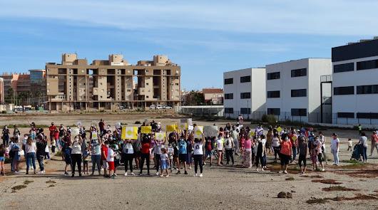 """Más de un centenar de familias piden """"ya"""" el instituto de Las Salinas"""