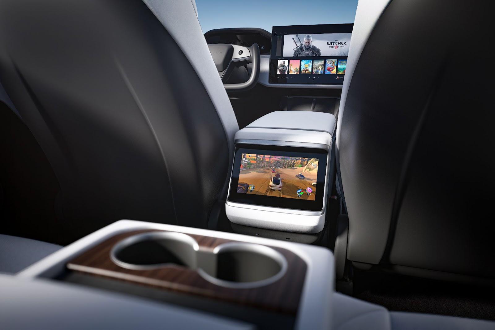 Trois écrans et volant Yoke de la voiture Tesla Model S Plaid