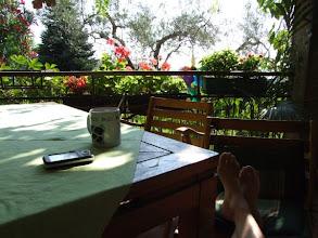 Photo: Die Terrasse ist der zentrale meeting point des großen Hauses, ob zum Morgentee ...