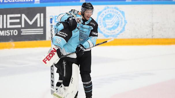 Patrik Bartosak ja Alex Lindroos olivat Kärpät-pelin isoja onnistujia. (Kuva: Tomi Natri)
