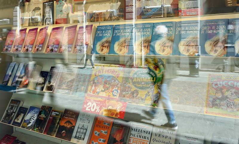 Libri in vetrina con riflessi di utente cancellato