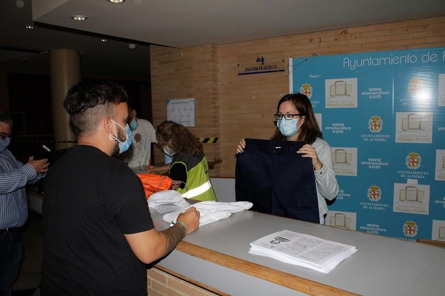Auxiliares de playa durante su recepción y entrega de vestuario.