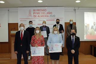 El presidente de la Cámara y el director de zona del Banco de Santander con los galardonados.