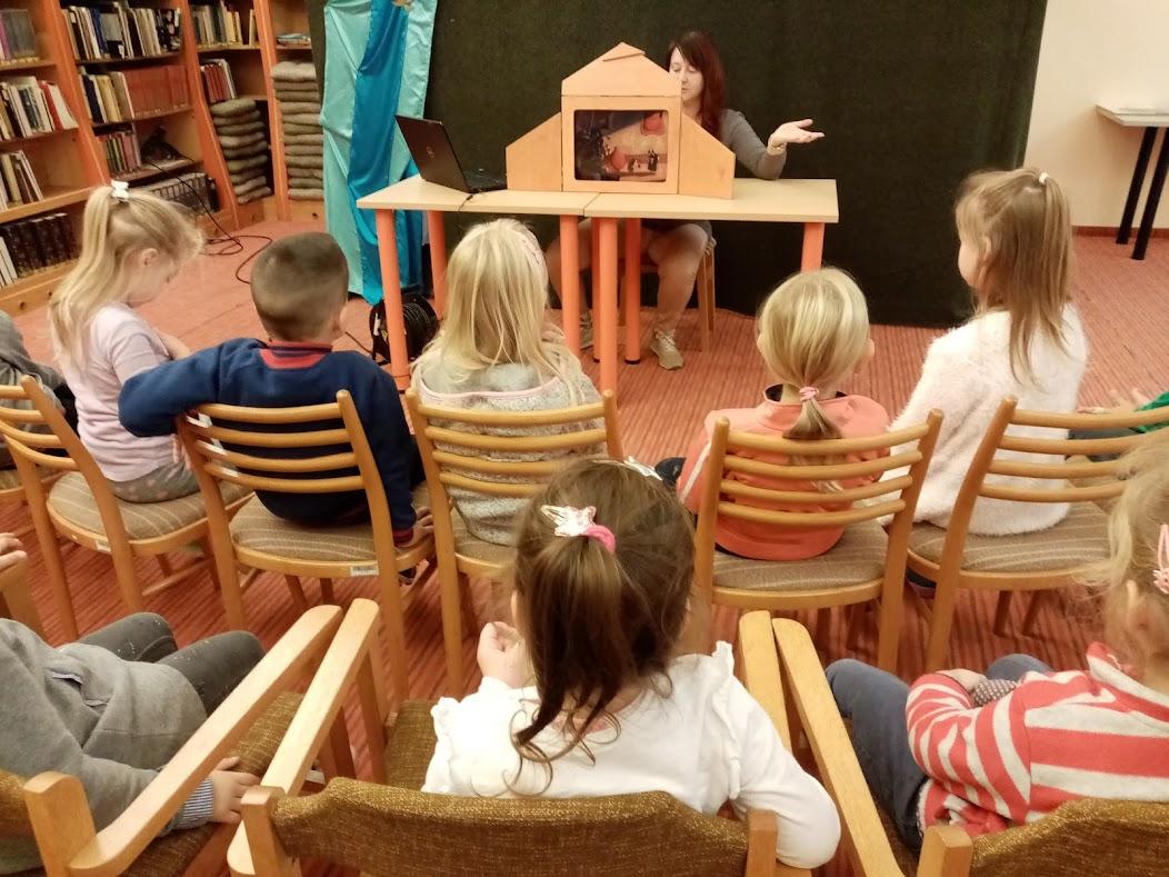 kisiskolások a könyvtárban