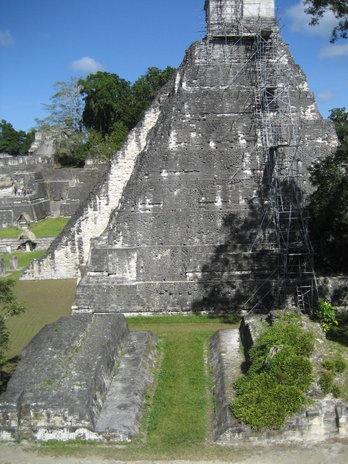 Photo: Templo Jaguar con juego de pelota delante