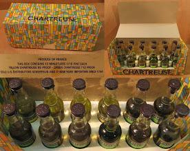Photo: Bien rangées ! Une douzaine de mignonnettes, jaunes et vertes, dans leur conditionnement et destinées au marché américain  !