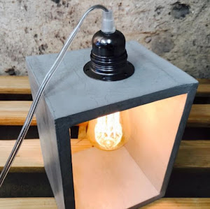 lampe à poser en béton de couleur gris clair avec détail industriel