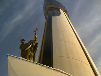 Wieża góruje nad wszystkimi budowlami z okolicy