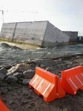 Photo: Mar revolto quase tomba caixões da FCC no Porto do Açu