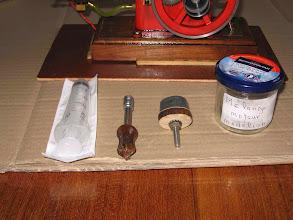 Photo: les outils et ingrédients pour le faire tourner :seringue, démonte bougie, entraineur,et biensûr du mélange