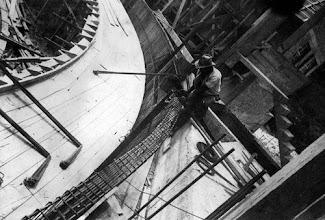 Photo: Hotel Quitandinha em construção. Montagem do Teatro Mecanizado. O prédio era repleto de inovações para a época, como piscina térmica, sistema de ar-refrigerado, pista de boliche e um teatro que tinha três palcos giratórios: o Teatro Mecanizado. Foto da década de 40