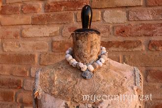 Photo: collana di perle di cotone e fiore-cerniera  indossata corta