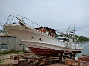 Photo: 今日はジギング出航でしたが、波が高く中止。 急きょ、造船所に強引にお願いして船上げして船底掃除をやることに。