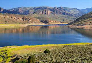 Photo: Le Blue Mesa Reservoir a 20 milles de long. Son niveau d'eau est de plus en plus bas, dû aux sécheresses qui sévissent chaque été. On peut voir la végétation vert clair où il y avait de l'eau avant.