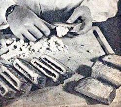 Photo: A pirított kenyérfélétek belét kivájjuk a töltelék számára. - Wycinani wnętrza kromek (po nadzienie).