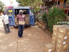 Photo: notre dévoué et efficace coordinateur Marcel apporte lui-même de Cotonou les cartons de riz au lait destinés au Centre Social d'Aplahoué et au dispensaire de Soeur Séréna