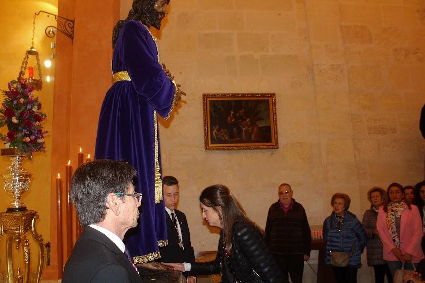 La delegada de Agricultura en el Besapiés al Señor Cautivo de Medinaceli.