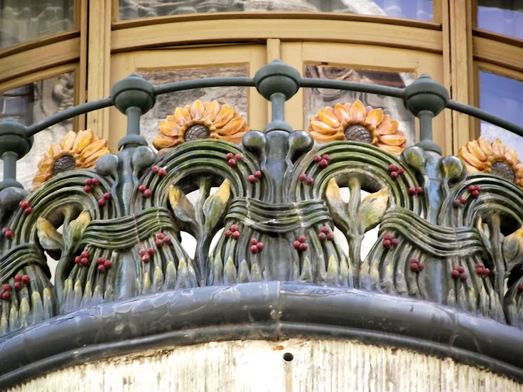 Art Nouveau ornamentation on a balcony of the Bedo Haz.  Photo: Ady.