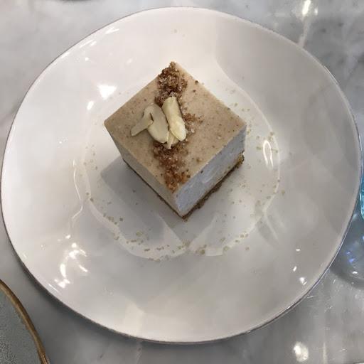 烤箱烤杏仁焦糖海鹽起士蛋糕,紮實到無法吞嚥,感覺冰凍過,焦糖味不濃