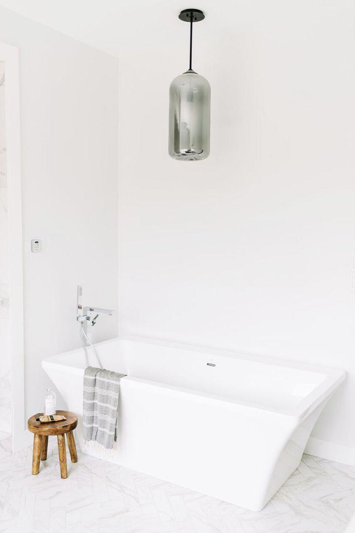 Inspirasi lighting pada kamar mandi dengan lampu gantung - source: mydomaine.com